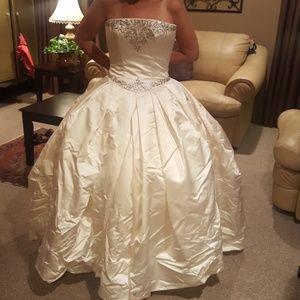 VERA WANG LUXE Wedding Gown